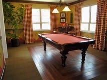 Schöne Pool-Tabelle und Spiel-Raum Stockfotografie