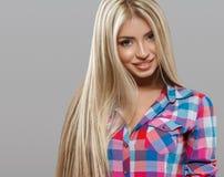 Schöne Porträtaufstellung der jungen Frau attraktiv mit dem erstaunlichen langen blonden Haar Stockbild