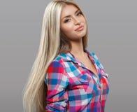 Schöne Porträtaufstellung der jungen Frau attraktiv mit dem erstaunlichen langen blonden Haar Stockbilder