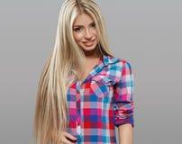 Schöne Porträtaufstellung der jungen Frau attraktiv mit dem erstaunlichen langen blonden Haar Stockfotografie