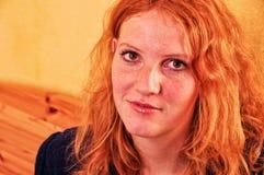 Schöne Porträtnahaufnahme einer offen-lächelnden jungen rothaarigen gelockten Frau mit Kopieraum stockfotografie