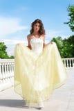 Schöne Prinzessin im weiß-goldenen Kleid Stockfotos