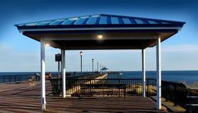 Schöne Promenade mit Lampen Lizenzfreie Stockfotos