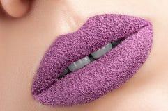 Schöne purpurrote Lippen Stockbild