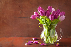 Schöne purpurrote Tulpe blüht Blumenstrauß im Vase lizenzfreie stockbilder