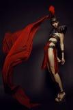Schöne römische Frau in der Rüstung und im Sturzhelm Stockbild