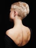 Schöne Rückseite der jungen Frau in einem schwarzen sexy Kleid Lizenzfreie Stockbilder