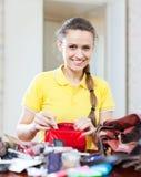 Schöne rücksichtslose Frau gefundene Sache im Geldbeutel Stockfoto