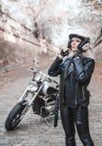 Schöne Radfahrerfrau im Freien mit Motorrad stockbilder