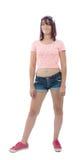 Schöne recht junge Frau im rosa Hemd und in den kurzen Hosen Lizenzfreie Stockfotografie