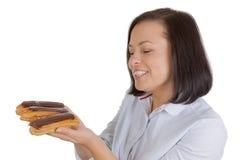 Schöne recht junge Frau mit Schokolade Eclair lizenzfreies stockfoto