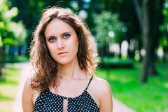 Schöne recht junge kaukasische Frau im Kleid Stockfotos