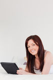 Schöne red-haired weibliche Entspannung stockfoto