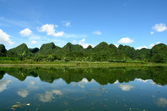 Schöne reflektierende Gebirgslandschaft Stockfotos