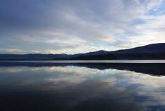 Schöne Reflexion auf dem Wasser der Landschaft der Wiese Stockfotos