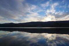 Schöne Reflexion auf dem Wasser der Landschaft der Wiese Stockbilder