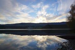 Schöne Reflexion auf dem Wasser der Landschaft der Wiese Lizenzfreies Stockfoto