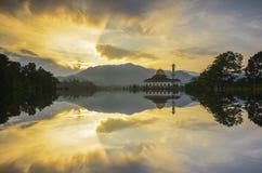 Schöne Reflexion von Putra-Moschee im See während der blauen Stunde lizenzfreies stockfoto