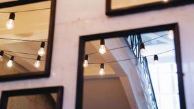 Schöne Reflexionen in den Spiegeln, die an der Wand hängen stock video