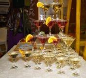 Schöne Regale von Gläsern Rot und Weißwein Lizenzfreie Stockfotos