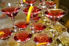Schöne Regale von Gläsern Rot und Weißwein Stockfoto
