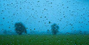 Schöne Regentropfen auf dem Spiegel Stockbild