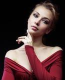 Schöne reiche blonde Frau im eleganten Kleid auf schwarzem Hintergrundabschluß herauf Modemake-up, Lebensstilleutekonzept Lizenzfreie Stockfotografie