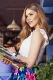 Schöne reiche zufällige blonde stilvolle ModeGeschäftsfrau in b Lizenzfreie Stockfotografie