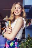 Schöne reiche zufällige blonde stilvolle ModeGeschäftsfrau in b Stockfotografie