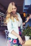 Schöne reiche zufällige blonde stilvolle ModeGeschäftsfrau in b Stockfotos