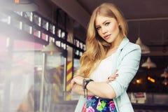 Schöne reiche zufällige blonde stilvolle ModeGeschäftsfrau herein Stockfotografie