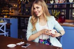 Schöne reiche zufällige blonde stilvolle ModeGeschäftsfrau mit Lizenzfreie Stockfotografie