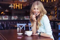 Schöne reiche zufällige blonde stilvolle ModeGeschäftsfrau mit Stockfotos