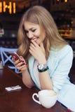 Schöne reiche zufällige blonde stilvolle ModeGeschäftsfrau mit Stockfotografie