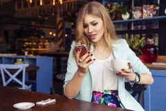 Schöne reiche zufällige blonde stilvolle ModeGeschäftsfrau mit Lizenzfreie Stockbilder