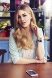 Schöne reiche zufällige blonde stilvolle ModeGeschäftsfrau mit Stockbild