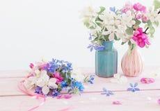 Schöne reife Äpfel und Niederlassungen im Vase Lizenzfreie Stockbilder