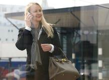 Schöne reife Frau, die draußen am Handy spricht stockfoto