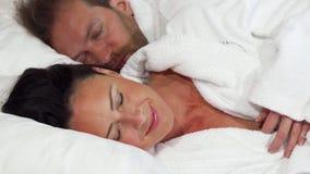 Schöne reife Frau, die geht, mit ihrem Ehemann zu Hause zu schlafen stock footage