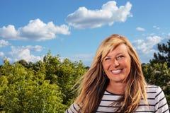 Schöne reife Frau, die im Sun aufwirft Stockfotografie