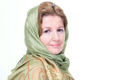 Schöne reife Frau in einem Kopftuch Lizenzfreies Stockfoto