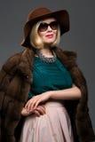 Schöne reife Frau im natürlichen Pelzmantel Lizenzfreies Stockfoto