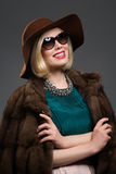 Schöne reife Frau im natürlichen Pelzmantel Lizenzfreie Stockfotografie