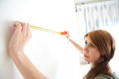 Schöne reife Frau mit messendem Band lizenzfreie stockbilder