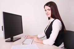 Schöne reife Geschäftsfrau, die Computer im Büro verwendet Lizenzfreies Stockbild