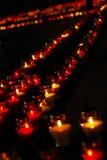 Schöne Reihe der roten Begräbnis- Kerzen Stockfotografie