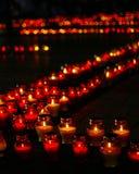 Schöne Reihe der roten Begräbnis- Kerzen Stockfoto