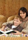 Schöne reizend kaukasische Mutter mit ihrem Sohn stockbild