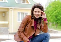 Schöne reizend stilvolle junge Frau stockfotos