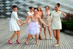 Schöne reizende Mädchen, die in Vilnius-Stadt tanzen Stockfotografie